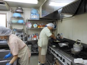 チカラを込めて調理中の一コマ。